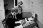 Гейтс смотрит на своего друга и будущего партнера пола Алена печатающего что то на телетайпном терминале в Лэйксайдской школе в Сиэтле, 1968 год.  Биллу едва исполнилось 13 лет когда он пополнил ряды ее учеников.