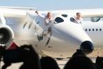 Глава и идейный вдохновитель Virgin Galactic сэр Ричард Брэнсон (Richard Branson) и авиаконструктор Burt Rutan (Берт Рутан) представили готовый вариант космического корабля для доставки туристов на орбиту Земли — White Knight 2.